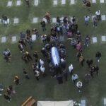 Seguridad. Cerca de 200 Policías bonaerenses custodian el acceso al Cementerio donde está Maradona.